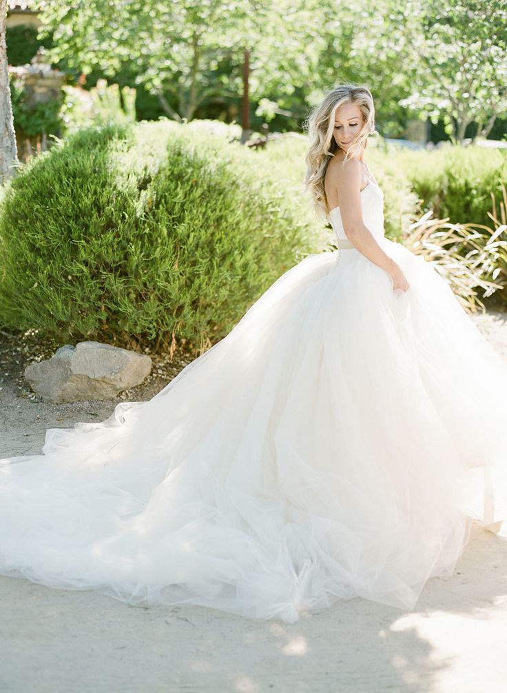 Photographer : KT Merry Read More on SMP: http://www.stylemepretty.com/2016/09/13/white-navy-gold-wedding/