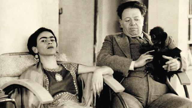 Frida Kahlo et Diego Rivera - Malgré leur grande différence d'âge (21 ans), leur passion commune pour la peinture et le Mexique, rapproche le couple. Ils se marient en 1929, divorcent en 1939 pour se remarier un an plus tard. Relation conflictuelle mais passionnée. Le couple est infidèle. Parmi les amants les plus célèbres de Frida, Léon Trotski et André Breton.