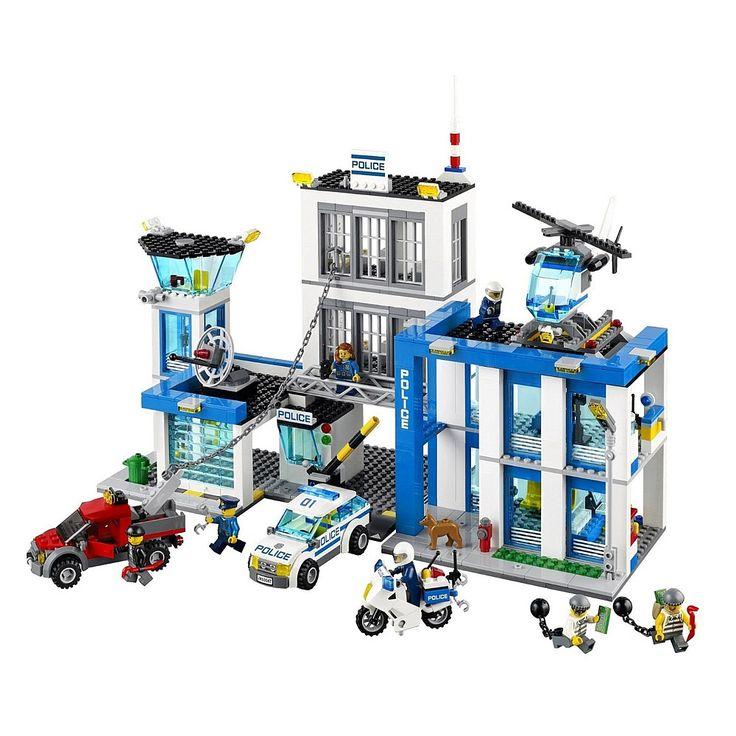 ¡Haz sonar la alarma de la Comisaría de Policía LEGO! ¡El camión remolcador ha arrancado la ventana de la prisión con la cadena y está ayudando al prisionero a escapar!