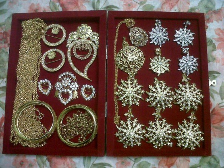 "A set of Thai Peranakan ladies jewellery..with ""krosang"" brooches on the right used to fasten her kebaya blouse."