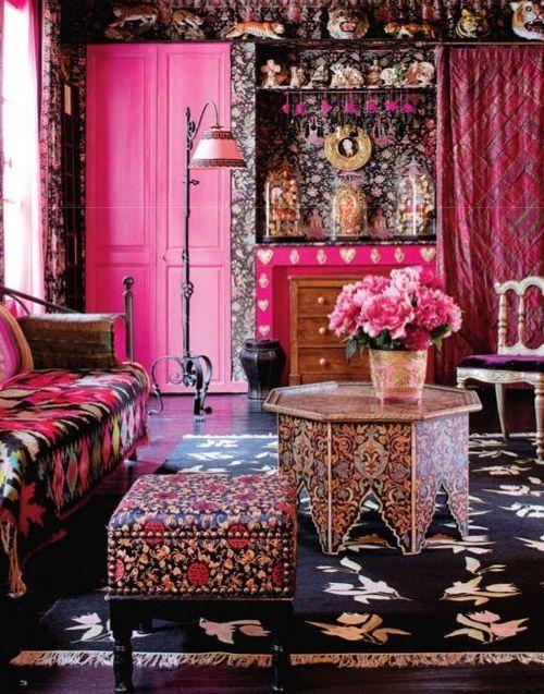 Стиль китч в интерьере гостиной. Если взять любой интерьер в стиле китч, то в нем все будет «слишком», чрезмерно, будь то цвета, мебель или общая планировка.