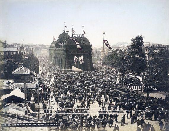1895年、日清戦争の勝利を記念し東京・日比谷に造られた凱旋門(提供:MeijiShowa.com/アフロ)