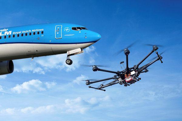 Opnieuw een incident met een drone bij de luchthaven Schiphol. Dedrone werd bij het opstijgen ernstig gehinderd door een landende Boeing 737. Dat gebeurde bij de Polderbaan. De drone vloog op een paar honderd meter hoogte en werd rakelings gepasseerd door een bemand vliegtuigje van KLM. Het incident is inmiddels gemeld bij de luchtvaartpolitie.De luchtverkeersleiding zal ook eenmelding doen bij [...]