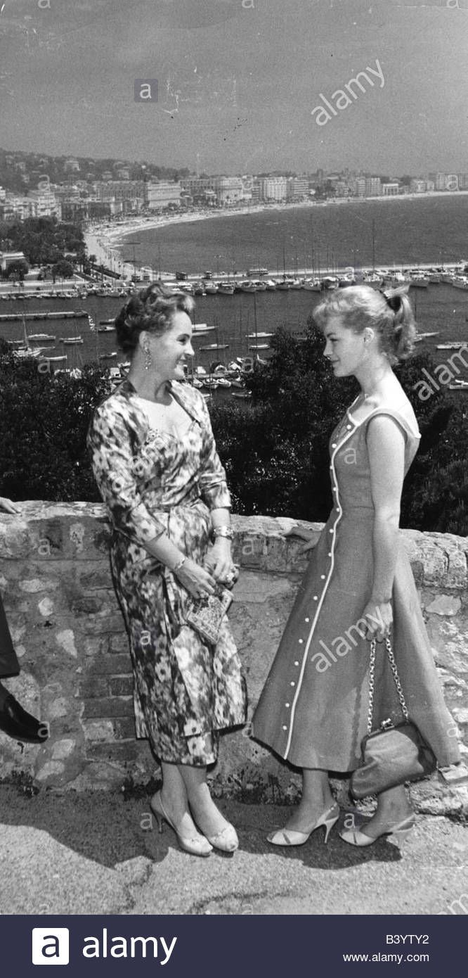 Download this stock image: Schneider, Romy, 23.9.1938 - 29.5.1982, German actress, full length, with mother Magda Schneider, Cannes, 1950s, profil, handbag - b3yty2 from Alamy's library of millions of high resolution stock photos, illustrations and vectors.