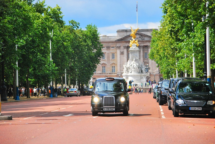 Taxi on The Mall, Buckingham Palace