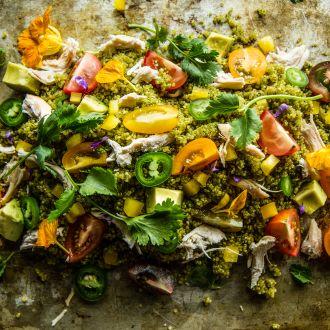 Ensalada del sudoeste quinua pollo con salsa de cilantro jalapeño