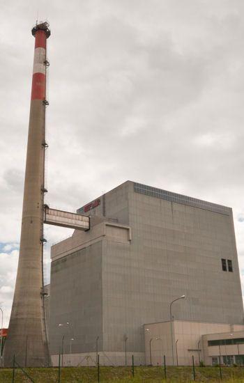Centrale nucléaire jamais utilisée suit au non de la population en 1978 ; une compagnie allemande d'électricité veut la transformer en centrale solaire.