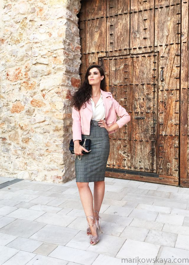 falda estampada en gris - blusa en blanco & cazadora en rosa (Marikowskaya)