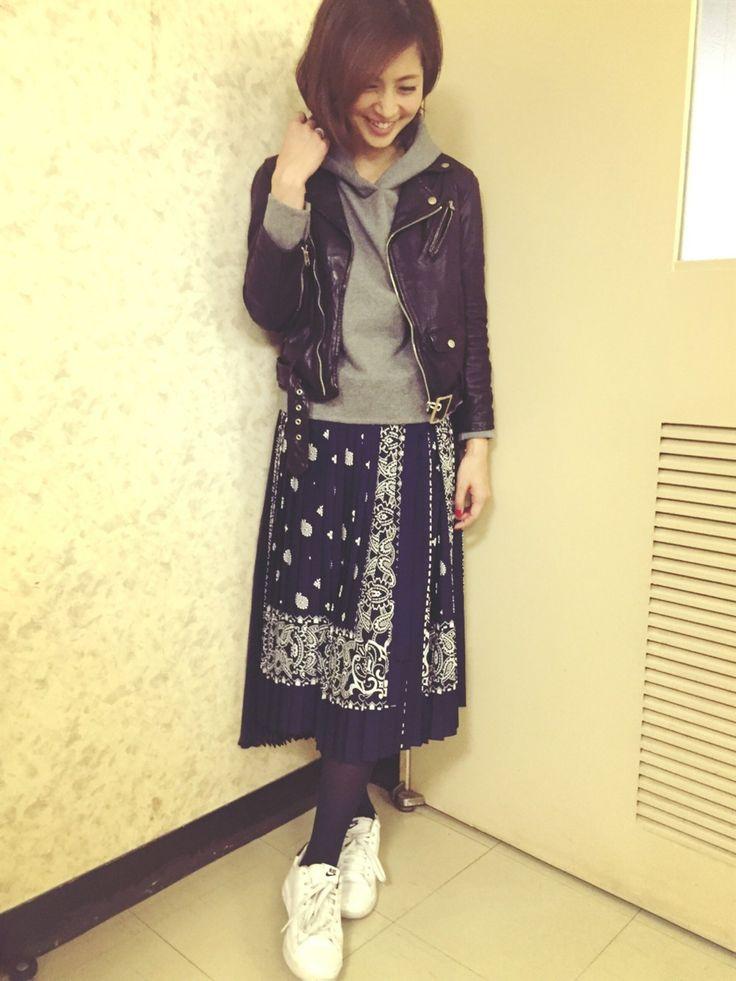 Sacaiのスカートを使った安田美沙子さんのコーディネートです。│ペイズリー柄の巻きスカート❤️