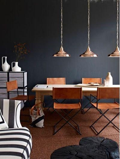 Koperen hanglampen boven de tafel  - Bron: PinterestInspiratie! Zittenblijvers: stoelen voor aan de eetkamertafel >
