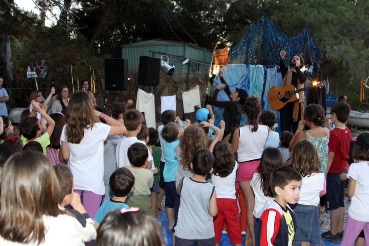 Οι Φτουξελευθερία έκαναν τα παιδιά να συμμετέχουν στην γιορτή και όλο τους γονείς να ενθουσιαστούν.