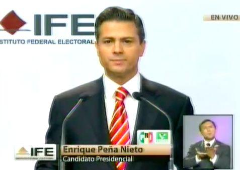 IMAGEN IDEAL para debates: traje negro, camisa blanca y corbata roja con lineas blancas, con un nudo impecable.  Peña Nieto en Debate 2012