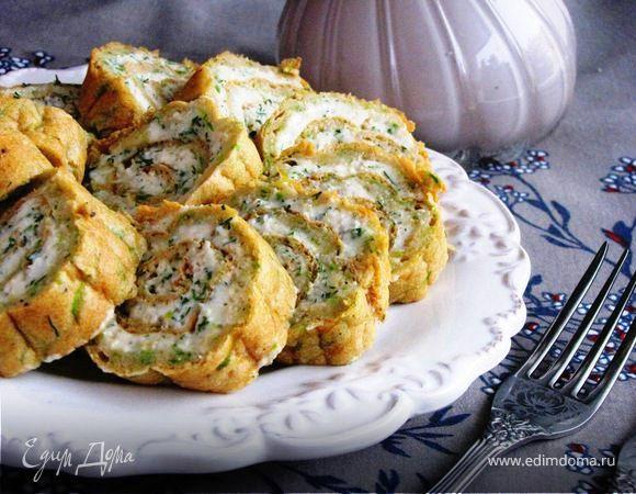 Кабачковый рулет с творожной начинкой. Аппетитная закуска к праздничному столу и не только. Можно приготовить заранее, завернуть в фольгу и хранить в холодильнике. Нарезать перед приходом гостей. Нежный кабачковый корж пропитывается начинкой из творога, сливочного сыра, брынзы и сметаны. Сливочный сыр можно взять с грибами или ветчиной, будет еще интереснее. #готовимдома #едимдома #кулинария #домашняяеда #рулет #кабачки #сыр #творожная #начинка #аппетитно #закуска #вкусная #праздничная…