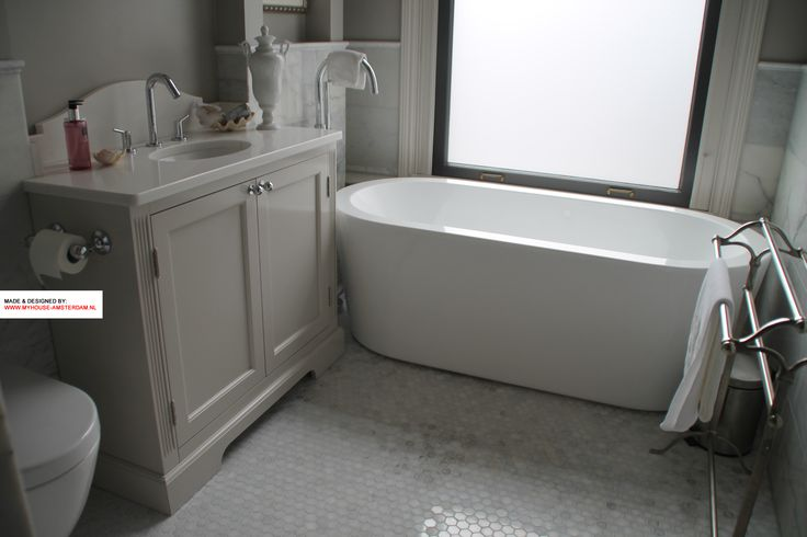 Custom made bathroom cabinet and nice bathroom design for the smaller space. Good interior advice in Amsterdam, Holland. Classic model with panel doors.