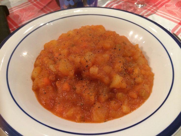 Pasta e pomodoro su letto di patate con impressioni di pepe nero...