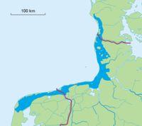 Vadehavets udstrækning vist med mørkeblåt. Vadehavet er en del af Nordsøen. Området strækker sig fra Ho Bugt ved Esbjerg ned til den hollandske by Den Helder og er karakteristisk ved nogle ganske særlige tidevandsforhold. Vadehavet er i 2014 kommet på UNESCOs Verdensarvsliste over naturarv. I Weichsel-istiden, der varede fra for 60.000 år til for 12.000 år siden, lå isen tungt over Danmark med undtagelse af det sydvestlige Jylland. Weichselistiden var den seneste af mange istider. Da isen…