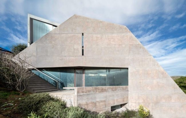 haus am hang griechenland beton fassade terrasse glasfenster