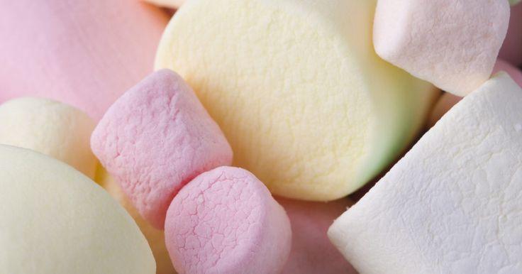 Bate un plato de esponjoso glaseado de malvavisco para cubrir tu próximo pastel casero. Este tipo de glaseado complementa casi cualquier sabor de pastel. Si tu familia disfruta ...