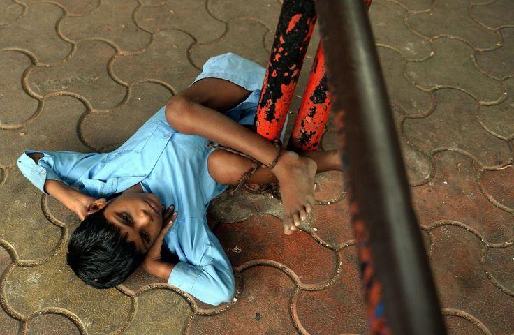 De 9 jaar oude Lakhan Kale uit India is door zijn oma vastgebonden aan een paal in Mumbai. Kale kan niet horen of praten en lijdt aan hersenverlamming en epilepsie. Zijn grootmoeder bond hem vast, omdat zij naar haar werk moest.