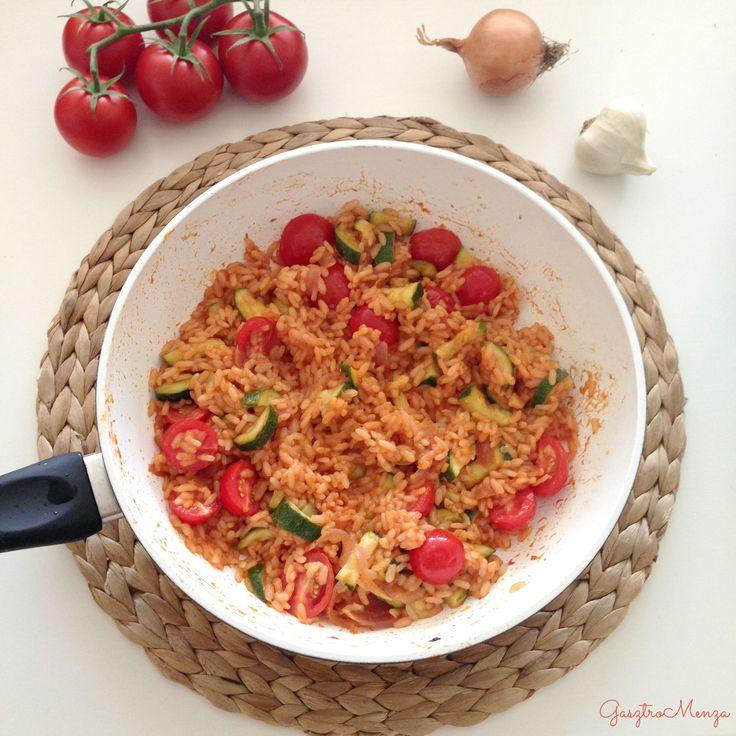 Ezt a krémes rizottót a roppanós zöldségek igazán felpezsdítik. Könnyű és ízletes!    Hozzávalók 2-3 adaghoz:  200 g rizottó rizs1 kisebb cukkini1 kis fej lilahagyma6-8 szem koktélparadicsom400 ml víz vagy pl. maradék húsleves alaplé1 ek. paradicsompüréolívaolajsó  A hagymát…