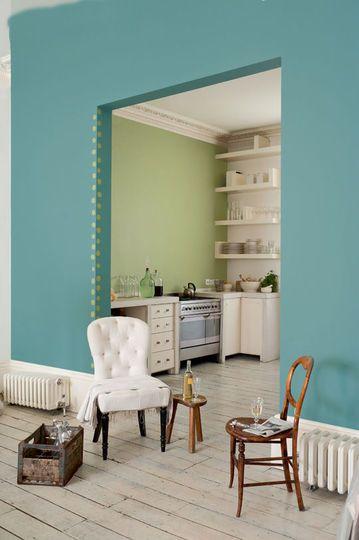 L'arcade peinte en bleu donne du pep's et de la gaité à ma pièce. On change la couleur dans la cuisine pour limiter l'espace et donner deux ambiances aux pièces ouvertes.  Peintures Bleu Indien et Tendrement Vert de la gamme Cuisine et Bains et Crème de Couleur par Dulux Valentine.