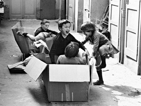 LE GRANDI SCATOLE DI CARTONE... Ci sono cose che sono belle non perchè abbiano un prezzo alto, ma perchè hanno il grande valore del ricordo e l'immenso potere di trasportarti nei giochi che ti hanno visto bambino. (© Alessia S. Lorenzi)