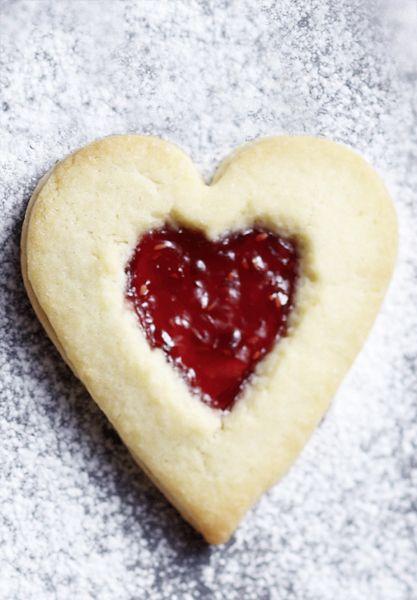 Vergeten iets te kopen? Zet dan nu de oven aan en ga aan de slag met dit easy koekjesreept. Met deze do-it-yourself valentijnskoekjes maak je je (geheime) geliefde blij.