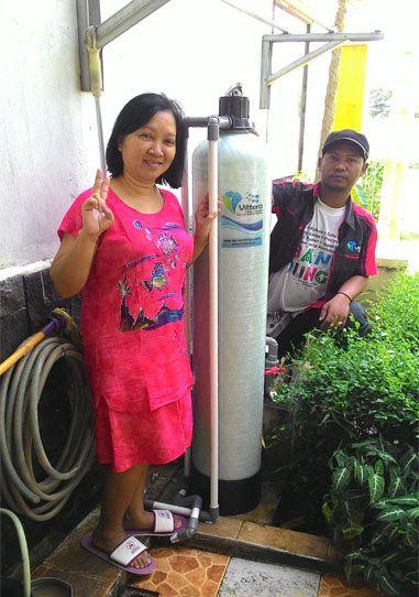 "Team Vittera telah selesai melakukan pemasangan Filter Air Rumah Tangga Type FR10 di rumah Ibu Ratna yang berlokasi di Perumahan Taman Puspa, Cimanggis - Depok.Sekarang air tanah dirumah saya sudah berubah jadi bening, bersih dan gak bau lagi, jaminan garansinya mantap dan harganya sangat ekonomis. Ahlinya atasi masalah air ya Vittera ""kata Ibu Ratna Sambil Tersenyum"""