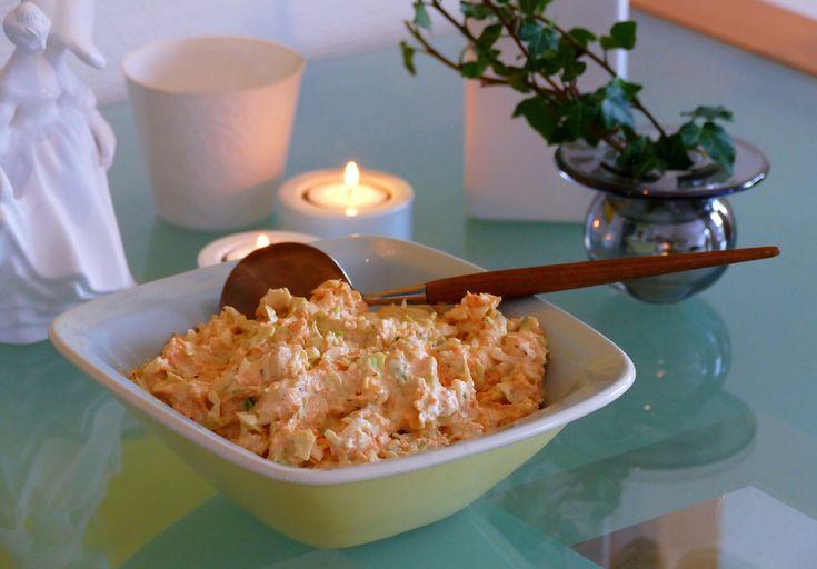 Det er ikke så mye som skiller gresk coleslaw fra vanlig coleslaw, annet enn yoghurten. Til gjengjeld er yoghurt et hyggelig bekjentskap i coleslaw, så du får oppskrift likevel: 250 revet kålhode 3...
