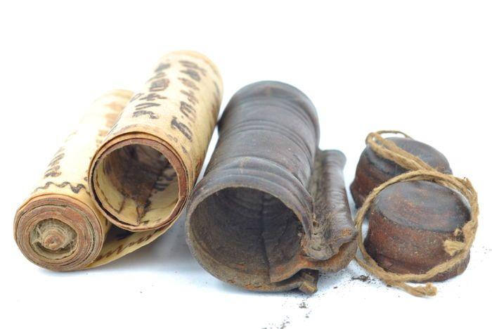 """Ethiopische Koptische amulet met Kitab manuscript - 19e eeuw  Spectaculaire en zeer lange religieuze """"Kitab"""" manuscript uit Ethiopië 19e eeuw. Dit is een lederen tas die wordt gedragen door de christelijke Ethiopiërs Koptische permanent. Het houdt binnen een manuscript gerold. (In dit geval de amulet is geopend voor de eerste keer te nemen van de foto's).Het manuscript is geschreven in de oude Semitische Ge'ez taal. Die momenteel wordt gebruikt in heilige boeken zoals Koptische Bijbels…"""