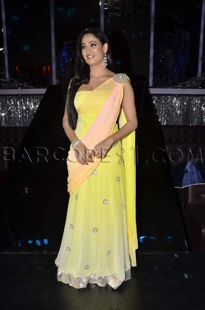 Shweta Tiwari in shaded yellow saree at Jhalak Dikhala Ja..