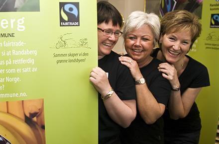 Gode Fairtrade-ambassadører i Randaberg, f.v. Berit Øverland, Britt Schie Kolnes og Kjersti Gilje Fossan - alle tilsett ved servicetorget.
