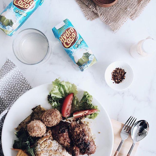 """Special menu for today """"Ayam bumbu rujak & perkedel plus sayuran"""". Kalau habis puasa biasanya badan jadi lemes ya, nah menu ini juga cocok banget lho buat hidangan buka puasa. Kamu juga bisa pilih Hydro Coco untuk pelengkap menu berbuka puasa karena Hydro Coco """"merupakan"""" pilihan yang sehat, segar dan alami untuk berbuka.  Selain itu Hydro Coco juga bisa menjadi variasi untuk menu berbuka lho.. Untuk kreasi resep bisa langsung diintip di @Hydrococo_id ya  #Hydrococo #Ramadhan…"""