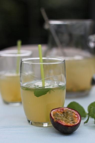 Limonade van vlierbloesem met passievrucht