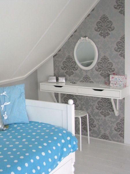 Floors zolderkamer 1. Wall-attached white dressing table for girl's bedroom