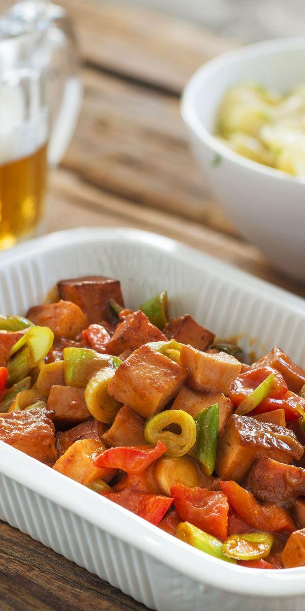 Dieser bunte Fleischkäse schmeckt mindestens genau so lecker, wie er aussieht! Wenn nicht sogar noch besser. Mit knackiger roter Paprika und frischen Frühlingszwiebeln entsteht ein 15-Minuten-Gericht, das dich überzeugen wird.