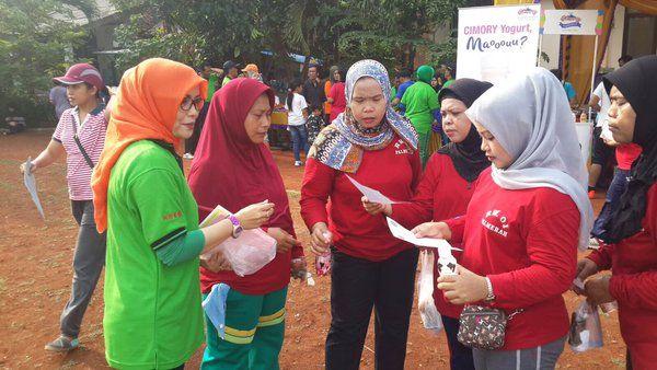 Pembagian Brosur Informasi PBB dalam Acara Hari Bebas Kendaraan Bermotor di Kecamatan Palmerah
