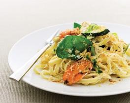 Fettuccine salteado com cenoura, curgetes grelhadas e azeite de manjericão