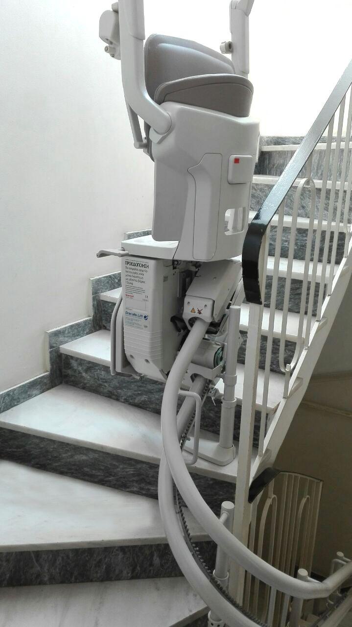 Solus για περιστροφικές σκάλες από τη Draculis! Στην Αθήνα τοποθετήθηκε ένας ακόμη ανελκυστήρας σκάλας. Κατάλληλο για περιστροφικές σκάλες το μοντέλο Solus, διαθέτει εργονομικό σχεδιασμό  και μοναδικό design. Ανοίγει και κλείνει με μία αθόρυβη κίνηση, ενώ διπλώνει επίπεδα και κατά μήκος του τοίχου, αφήνοντας ελεύθερο χώρο για τους υπόλοιπους χρήστες της σκάλας.