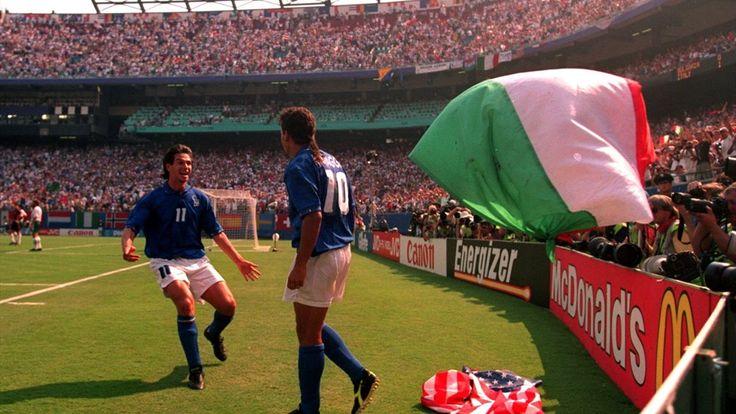 Semifinal,Roberto Baggio scores both goals for Italia against Bulgaria 2-1