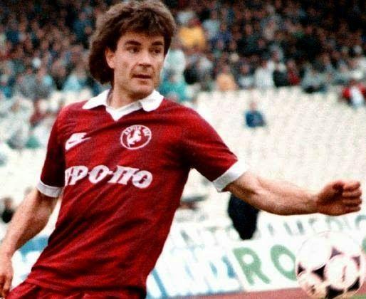 Γιώργος Μιτσημπονας. Ξεκίνησε από τον Οικονόμο Τσαριτσάνης,μετά στην ΑΕΛ,στον ΠΑΟΚ,στον Ολυμπιακό  και στο τέλος της καριέρας του στον Τύρναβο.Έπαιξε και στην Εθνική ομάδα.Έφυγα πολύ νωρίς 13 Σεπτεμβρίου 1997......