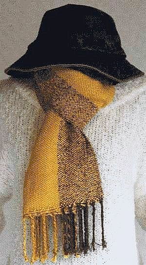 サイズ:29.5x180cm(フリンジ8cm込)染 料:くちなし・玉ねぎ玉ねぎで染めた糸を縦糸に使う事で黄色の膨張間を引き締め、明るい感じに仕上げました。くち...|ハンドメイド、手作り、手仕事品の通販・販売・購入ならCreema。