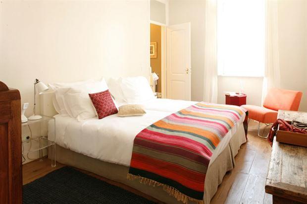 Interiores cuidados con detalles que alegran el descanso de los visitantes del hotel.  /Vía Casa Das Janelas