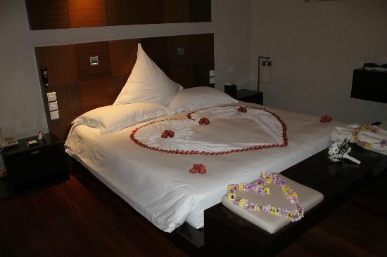Veligandu Island Resort and Spa : Lit préparé pour nuit de noce