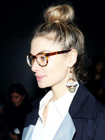 Seriöser Style: Brille in dunklen Tönen mit einem breiten Gestell.