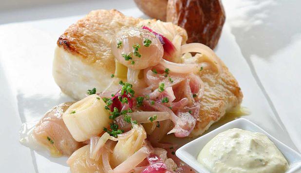 Stekt seifilet servert med løk er en klassiker. Prøv med en blanding av flere løktyper, det gir en ny vri på seibiffen. Remuladen gjør retten ekstra smakfull. #fisk #oppskrift