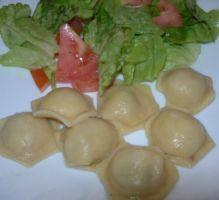 """""""Raviolis à ma façon! Des raviolis très simples et rapides à préparer... Par Cirianis de 750 grammes"""" --- Ingrédients --- Pâte : 10 c à s de farine; 1 oeuf; 1/2 c à c de sel; Eau : 1/2 verre; --- Farce --- 250g de viande hachée 1 oignon moyen sel poivre selon votre goût... --- Pour la cuisson des raviolis --- 1 cube de bouillon de légumes 2 feuilles de laurier"""