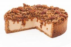 Lahodný karamelový krém se sýrem Philadelphia s křupavou pekanovou drobenkou a s extra porcí pražených pekanů na povrchu.