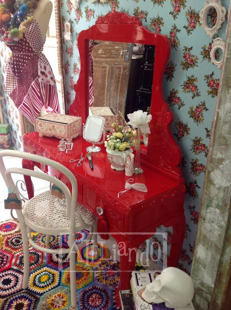 Ateliando - Customização de móveis antigos  Penteadeira antiga restaurada e laqueada pelo nosso atelier.