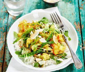 Blomkålscurry med kokos och koriander är ett spännande och nytänkande recept. Kryddorna för smaklökarna på en resa till det indiska köket. Här är det lök, vitlök och chili som fräses tillsammans med kryddorna i en gryta innan kokosmjölk och blomkål adderas. Rör ner koriander, toppa med kokos och servera med ris.